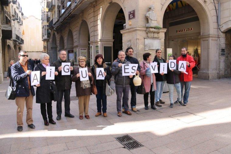 Membres del Comú de Lleida aquest dijous defensant el dret de la ciutadana