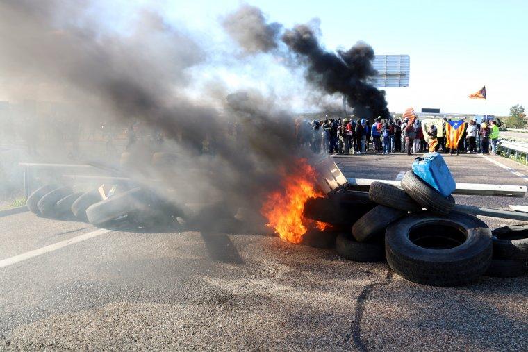 Membres dels CDR incendiant neumàtics a l'A-2, a Alcarràs, durant el tall que han dut a terme a l'autovia