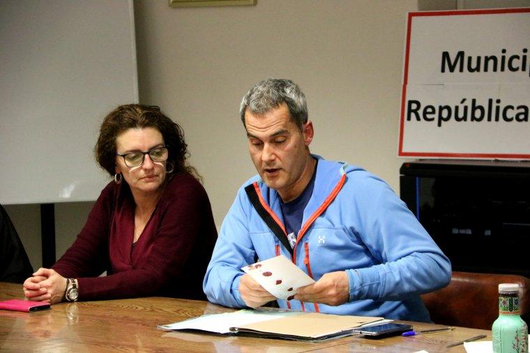 Mig pla de l'alcalde d'Esterri d'Àneu, Ramon Villuendas, en el moment d'anar a obrir la carta que els havia deixat un veí de la localitat