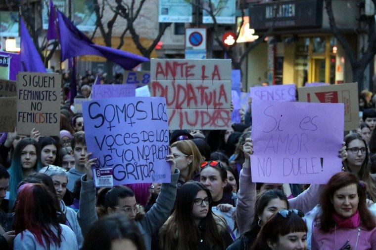 Moltes pancartes amb missatges reivindicatius s'han pogut llegir durant la protesta.