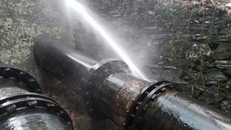 Pla detall de la fuita d'aigua de Capdella.