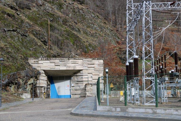 Pla general de l'entrada de la central de Tavascan, al Pallars Sobirà, on s'hi ubicaran plafons informatius sobre la història de la central i l'electrificació del Pallars.