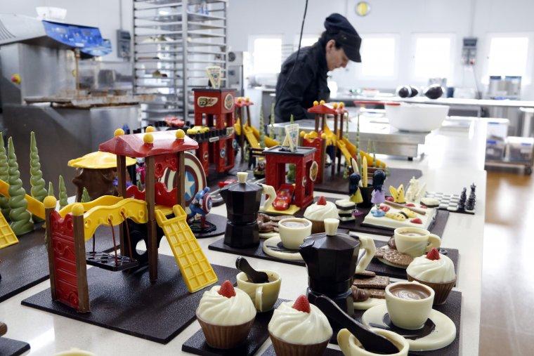 Pla general de l'obrador Miró, a Castellterçol, on una treballadora està acabant d'ultimar unes mones