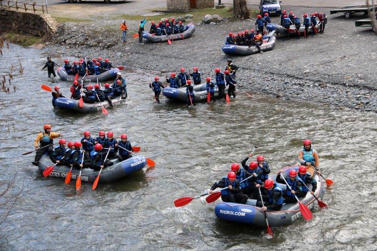 Pla general de mitja dotzena de barques de ràfting a punt de començar un descens a Llavorsí