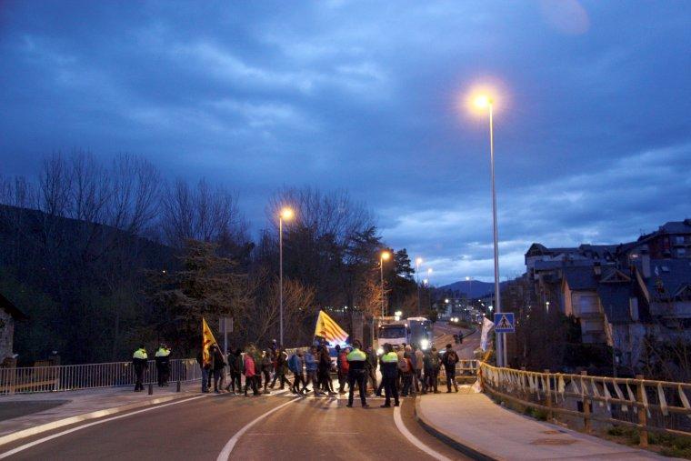 Pla general dels manifestants que han tallat l'N-260 a la Seu d'Urgell creuant pel pas de vianants situat al costat del pont del riu Valira