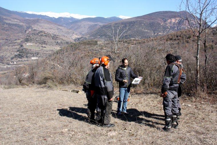 Pla general on es veu la brigada de recuperació de camins reunida per preparar les tasques del dia, amb el coordinador del programa Treball i Formació Marc Segarra