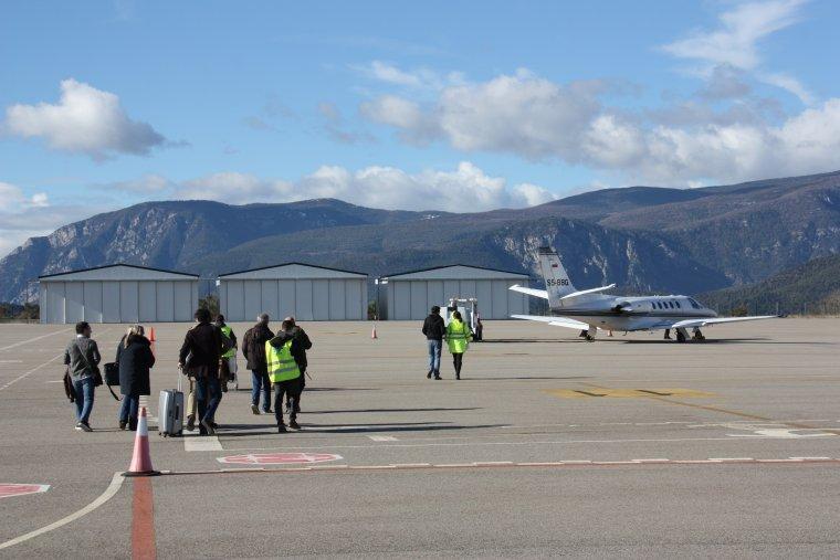 Pla general on es veuen als passatgers del segon vol de TSA La Seu-Palma caminant per arribar a l'avió