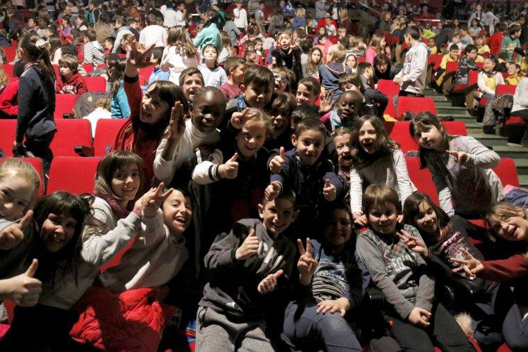 Pla mig on es pot veure un grup d'escolars saludant a càmera moments abans de veure l'actuació dels Barcelona Gospel Messengers