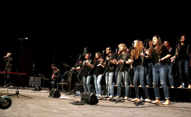 Pla obert de l'escenari del Gran Teatre de la Passió de Cervera amb l'actuació dels Barcelona Gospel Messengers al 8è Festival de Pasqua