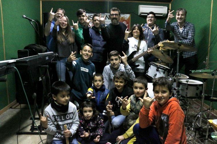 Pla obert on es poden veure alumnes de l'escola de música de Castellserà amb els seus professors i l'impulsor del No Surrender Festival