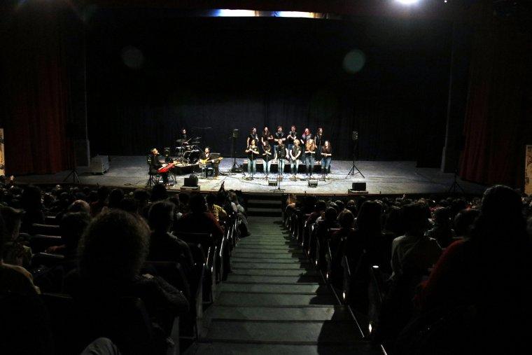 Pla obert on es pot veure un moment de l'actuació dels Barcelona Gospel Messengers al Gran Teatre de la Passió en el marc del 8è Festival de Pasqua de Cervera