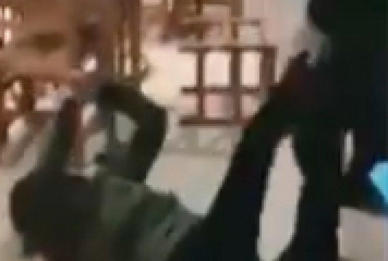 Un moment de l'agressió d'un agent de la Guàrdia Urbana de Lleida a un ciutadà marroquí.