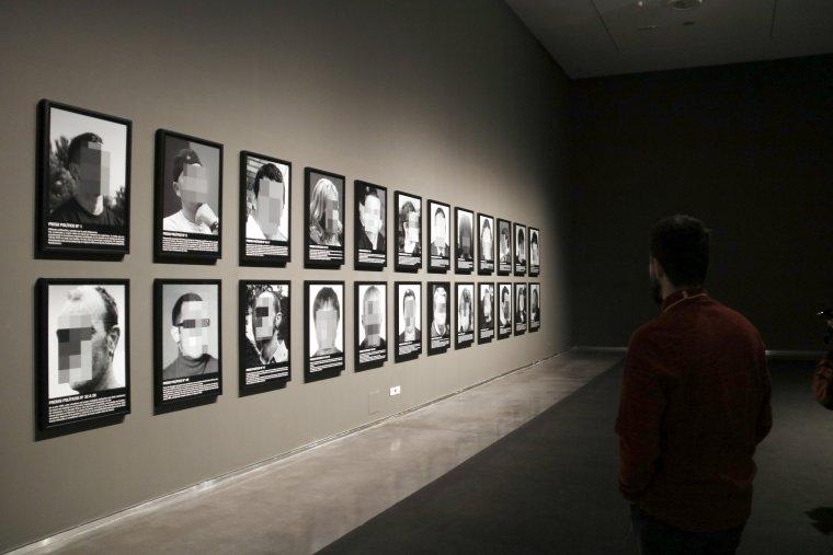 Un noi observa l'exposició al Museu de Lleida.