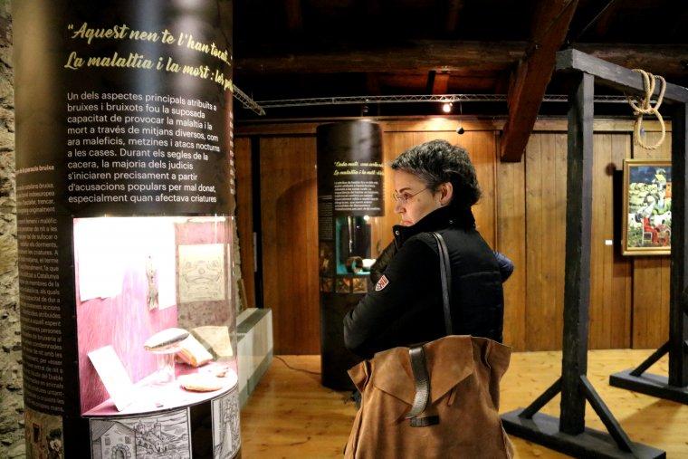 Una dona mirant un dels expositors de la mostra