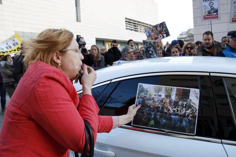 Una dona xiula a l'alcalde de Lleida i col·loca una fotografia de l'1-O al seu cotxe.
