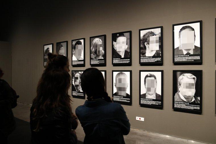 Unes noies observen l'exposició al Museu de Lleida