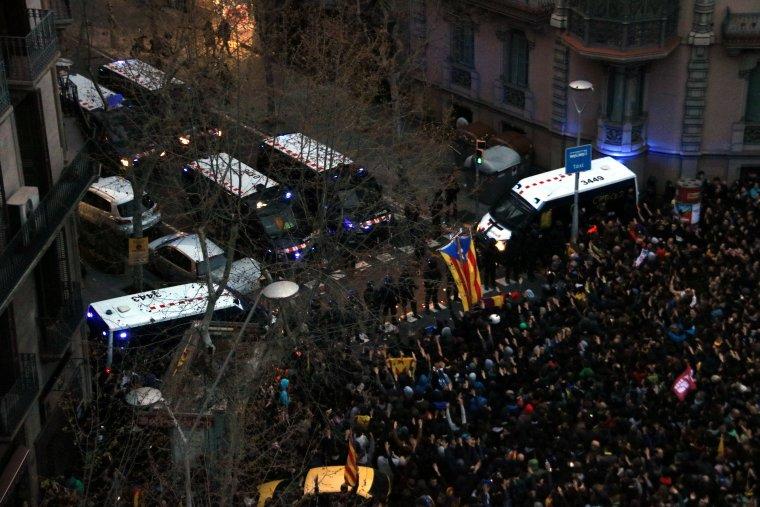 Vista aèria del cordó policial a prop de la delegació del govern espanyol, amb els manifestants convocats pels CDR