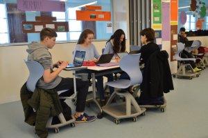 Estudiants de l'escola Claver de Lleida treballant amb els ordinadors