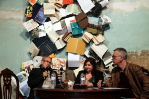 Imatge de la taula sobre novel·la negra catalana que han compartit l'escriptor Pep Coll