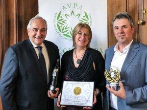 Imatge del moment de rebre el premi