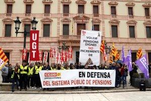 Imatge general frontal dels concentrats per reclamar unes pensions dignes a la protesta