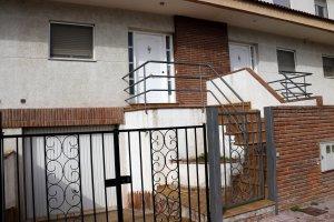 La casa adossada del carrer Mestre Enric Subirós de Mollerussa on una dona va intentar matar el seu marit