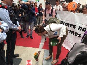La senadora Sara Vilà depositant flors davant la parada de l'Exèrcit