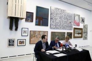 L'alcalde de Lleida, Àngel Ros, amb la tinenta d'alcalde Montse Parra i el director del Museu Morera, Jesús Navarro, durant la presentació de la mostra