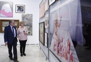 L'alcalde de Lleida, Àngel Ros, amb la tinenta d'alcalde Montse Parra visitant la mostra 'Inventari general' del Museu Morera