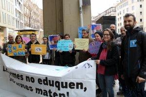 Membres de la Plataforma Desmilitaritzem l'Educació, amb pancartes, a la plaça Sant Joan de Lleida
