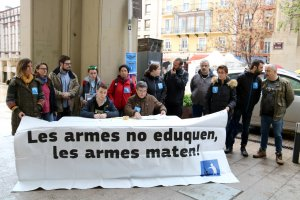 Membres de la Plataforma Desmilitaritzem l'Educació, en la roda de premsa a la plaça Sant Joan de Lleida