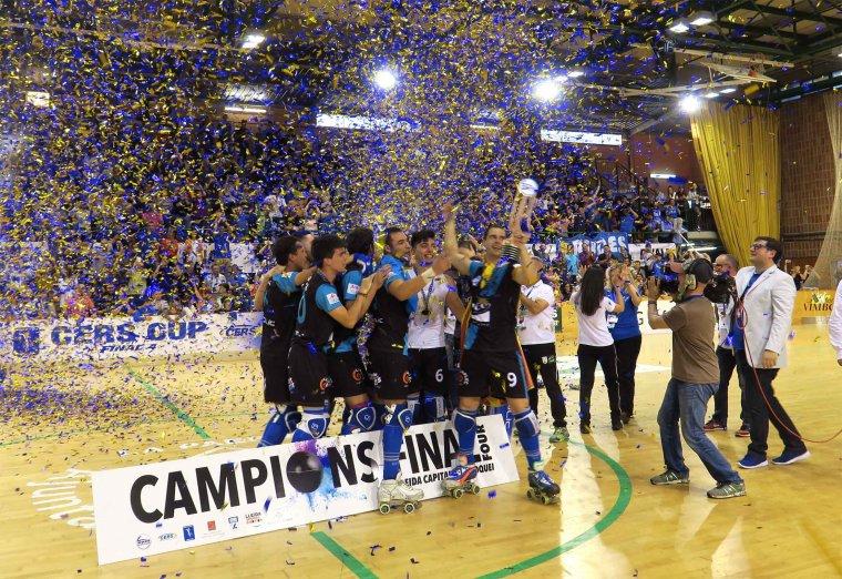 Després de la victòria, el pavelló Onze de Setembre de Lleida s'ha omplert de confeti.