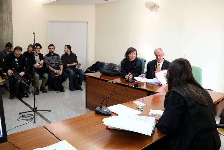 Els advocats parlen amb la jutgessa en el judici sobre els carrers franquistes, al jutjat Contenciós-Administratiu número 1 de Lleida