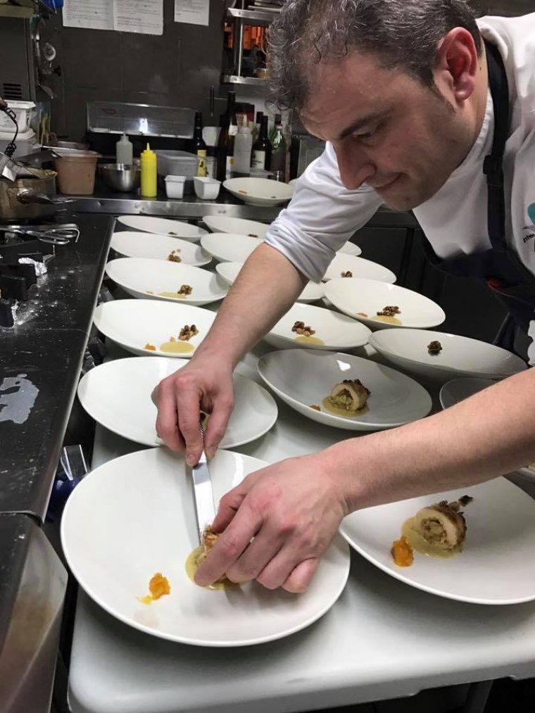 Imatge d'un cuiner preparant un plat