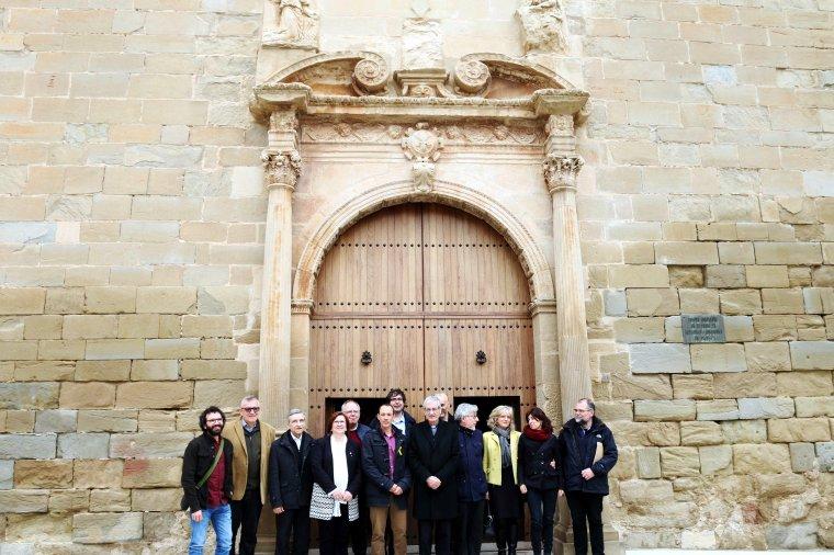 Imatge general de les autoritats davant la restaurada portalada de l'església de Santa Maria de Linyola