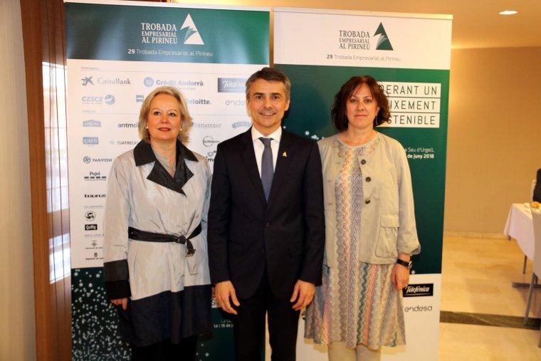 Pla americà del president de la Trobada Empresarial al Pirineu, Vicenç Voltes, entre dues membres de l'organització