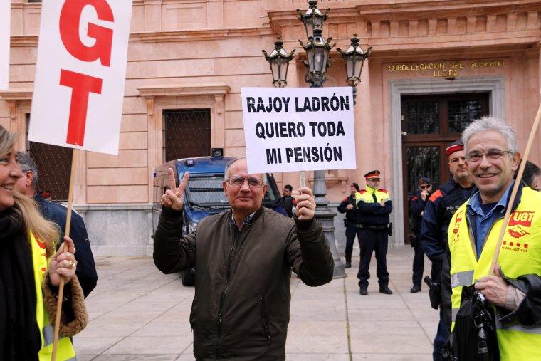 Pla mig d'un concentrat amb un cartell que posa 'Rajoy Ladron Quiero Toda Mi Pensión'