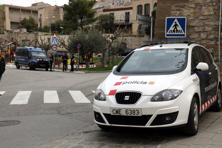 Pla mig on es pot veure un cotxe dels Mossos d'Esquadra i al fons una unitat dels Arro, al davant dels jutjats de Cervera
