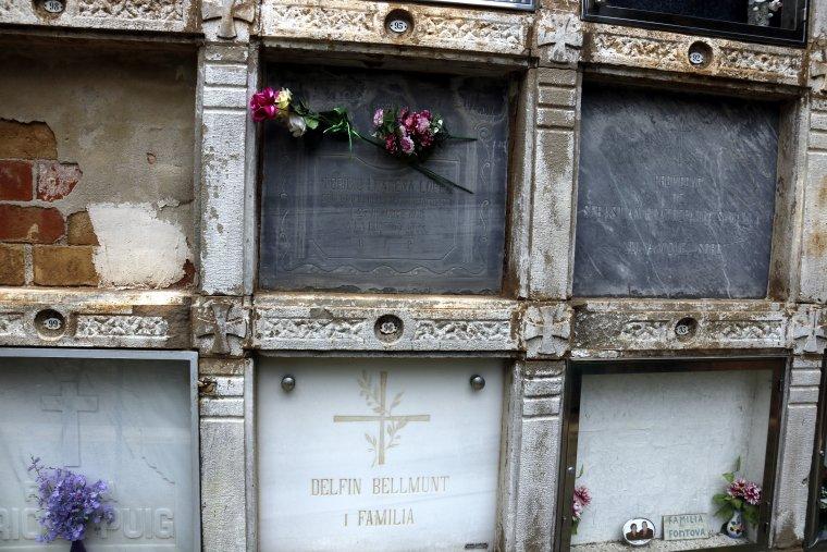 Pla obert de la làpida del nínxol del besavi de jutge Llarena, Toribio Llarena