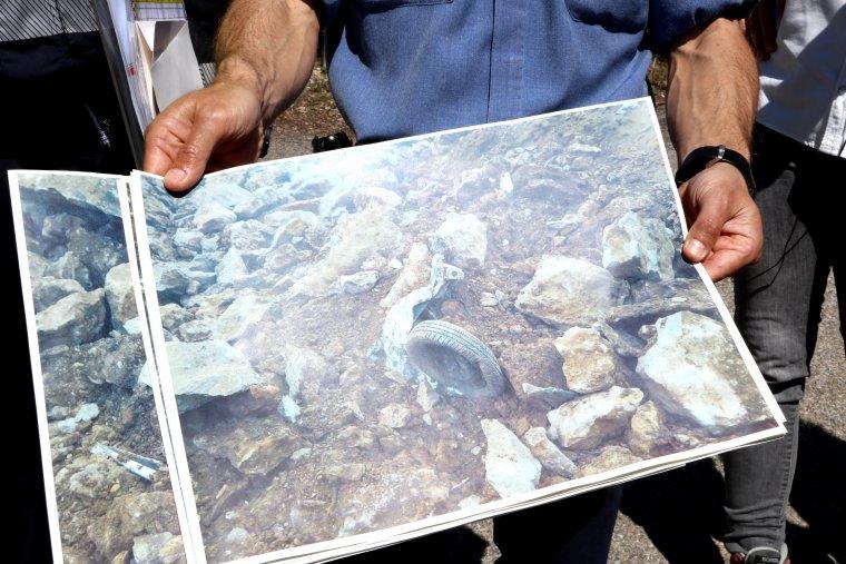 Primer pla d'una imatge on es veu una roda del vehicle que va atrapar l'esllavissada del Castell de Mur