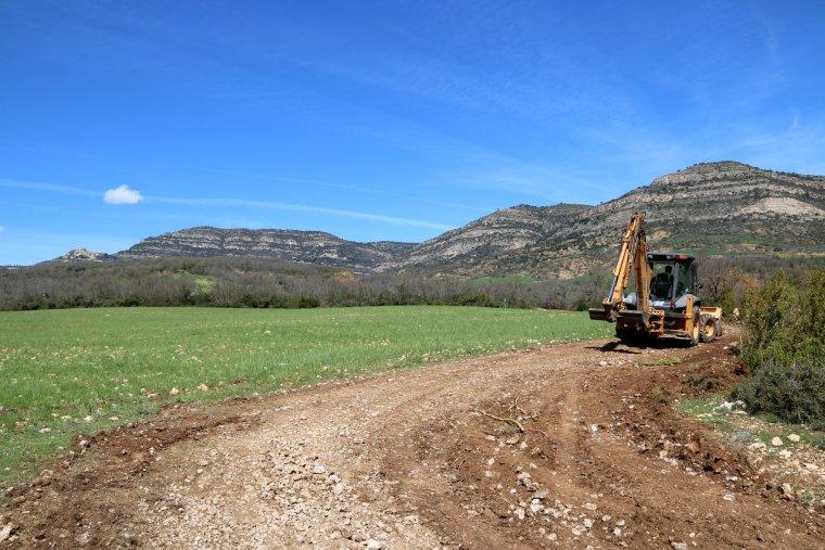 Primer pla d'una mà quina treballant a l'accés als pobles del municipi de Sant Esteve de la Sarga
