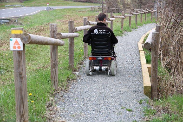 Un usuari amb cadira de rodes passejant per l'itinerari del Parc Natural de l'Alt Pirineu a la Mollera d'Escalarre