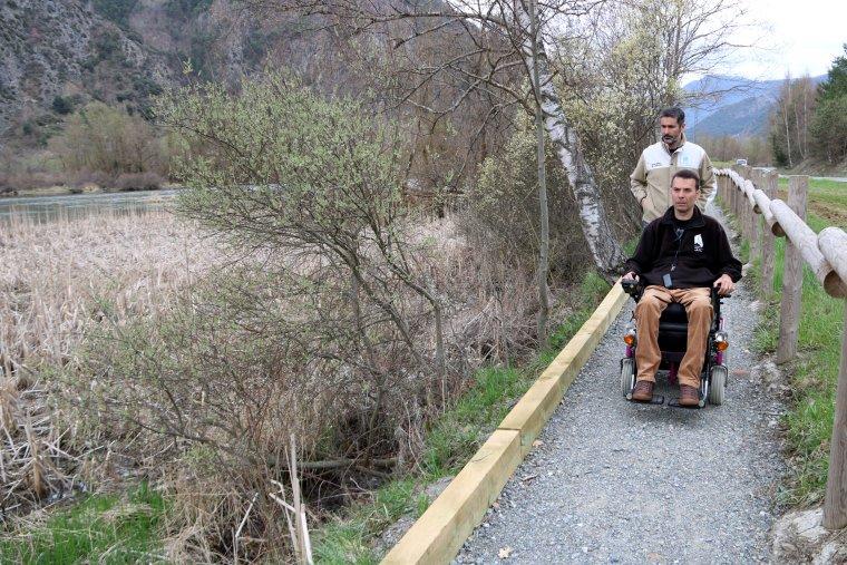 Un usuari de l'itinerari de la Mollera d'Escalarre, circula amb cadira de rodes per aquesta ruta