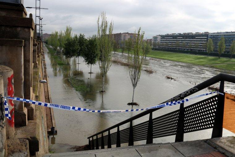 Una cinta col·locada per la Guàrdia Urbana impedeix l'accés al marge dret del Segre, a la ciutat de Lleida