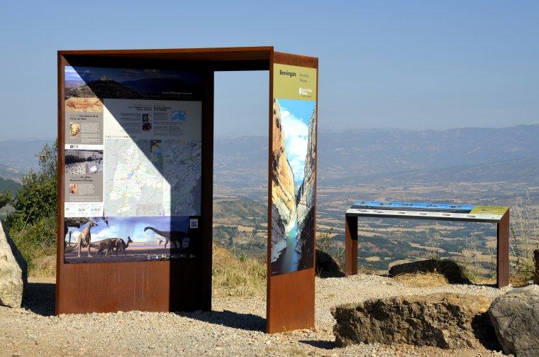 Una porta d'entrada al territori Geoparc Conca de Tremp col·locat a l'alt de Comiols des d'on es pot veure tota la Conca de Tremp