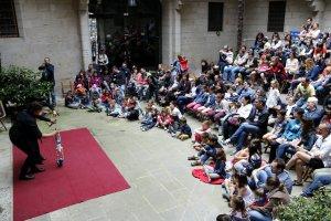 El pati de l'IEI, ple durant l'espectacle 'Appeso ad un Filo' dins la Fira de Titelles de Lleida.
