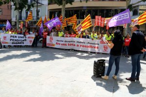 Els secretaris generals de la UGT i CCOO a Lleida, José Luís Aguilá i Cristina Rodríguez, llegint un manifest davant la seu de la COELL