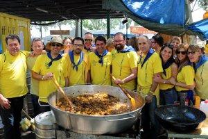 Imatge de membres de la colla 'Els Picafigues' amb la cassola de tros plena de caragols, a l'Aplec del Caragol