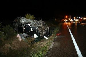Imatge en primer terme del vehicle en què viatjaven les dues víctimes mortals de l'accident que ha tingut lloc a la C-12