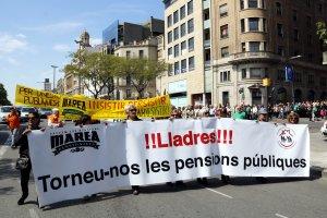 Imatge general de la manifestació de pensionistes a Lleida en el moment que tallen la rambla Francesc Macià